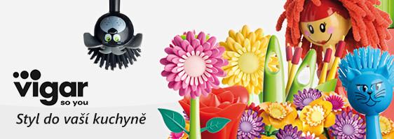 Netradiční pestrobarevné kuchyňské pomůcky jako kartáče, zástěry, rukavice atd. od firmy Vigar.