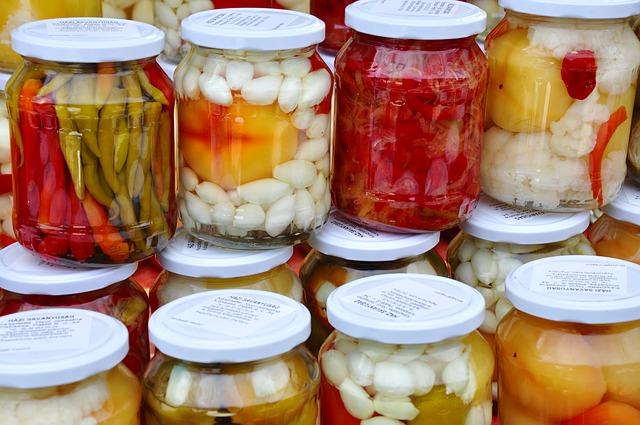 Nádoby s nakládanou zeleninou - pickles.